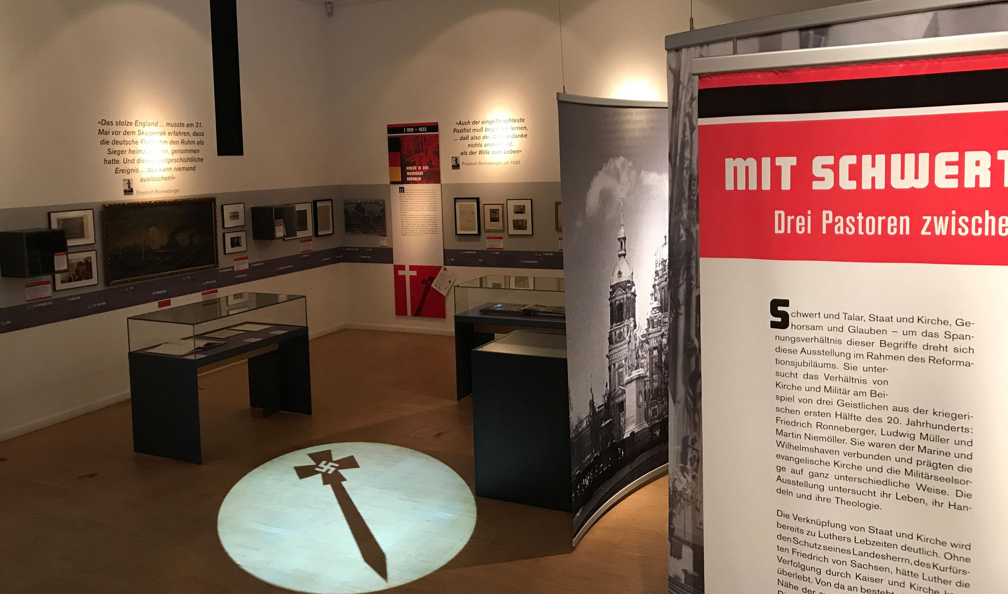 Ausstellung mit Schwert und Talar