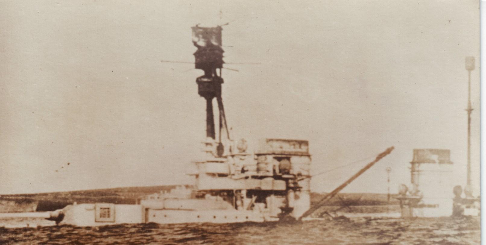 Schlachtkreuzer Hindenburg nach der Selbstversenkung (Foto: Deutsches Marinemuseum - Ausschnitt)