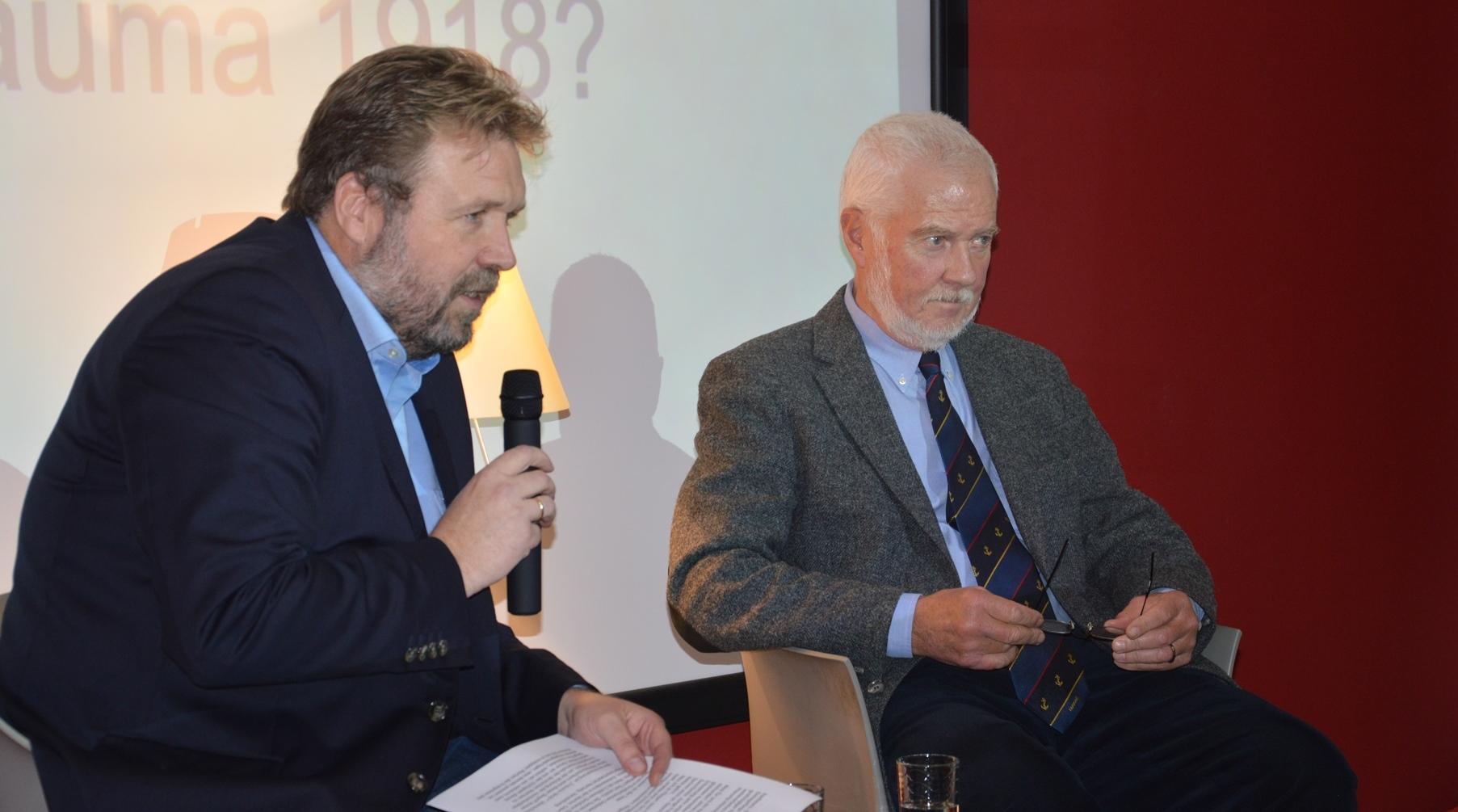Stephan Huck (links) und Dieter Hartwig (rechts) im Gespräch (Foto: Deutsches Marinemuseum / Daniel Hirschmann)