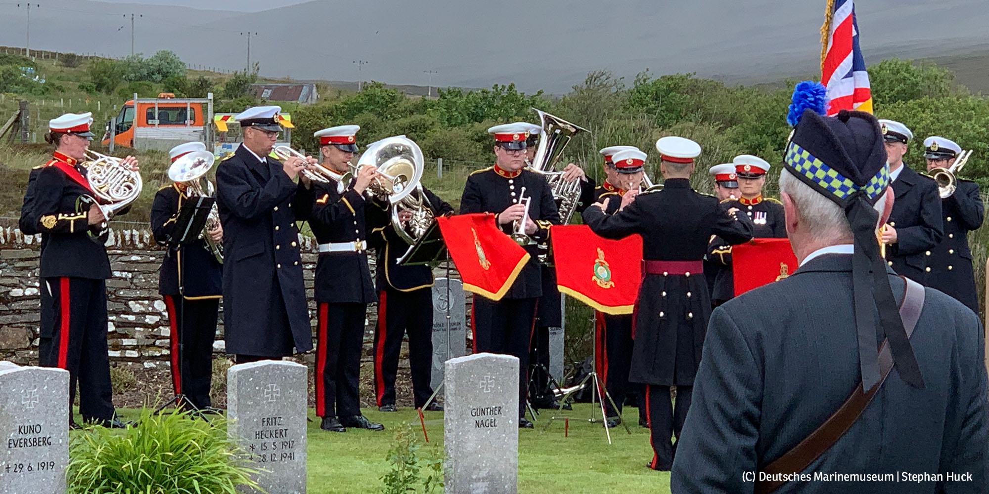 Gedenkveranstaltung aus Anlass der Selbstversenkung der Hochseeflotte auf dem Soldatenfriedhof von Lyness (Foto: Deutsches Marinemuseum   Stephan Huck)