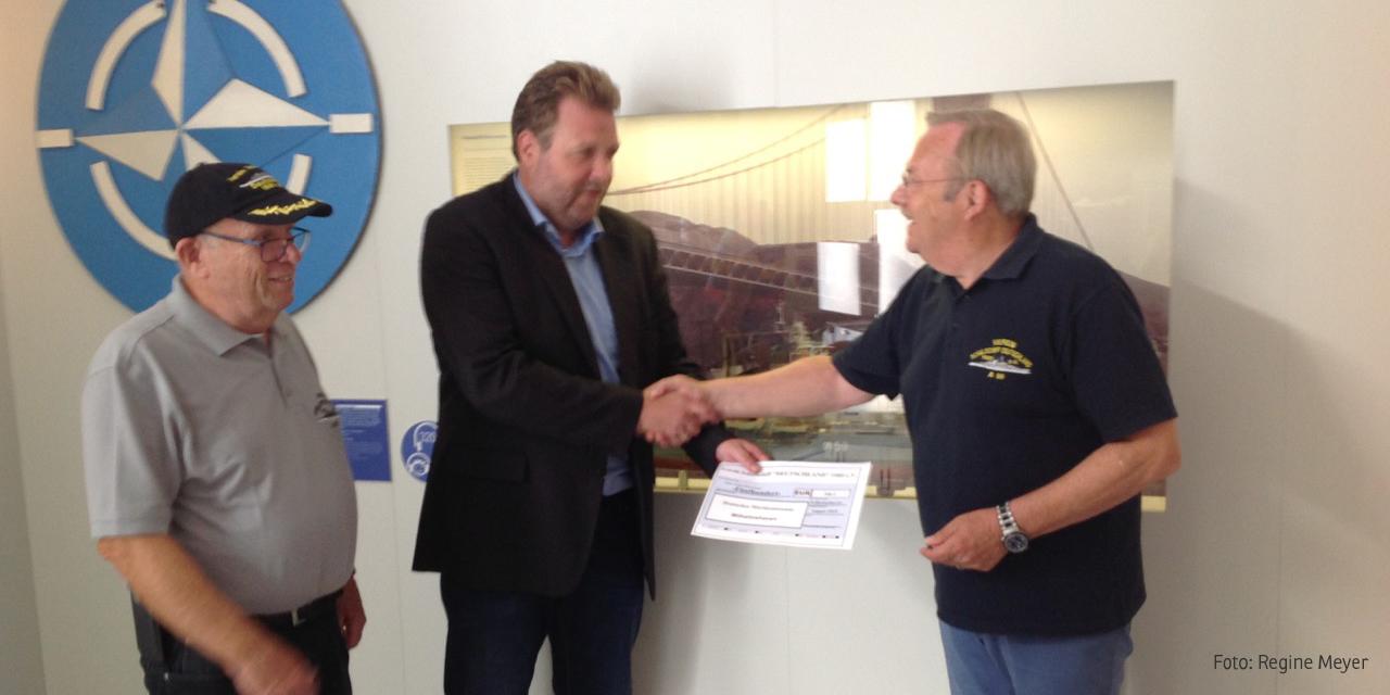 Lutz Meyer übergibt einen Scheck an Dr. Stephan Huck im Beisein von Horst Michael Sturmhöwel (Foto: Regine Meyer)