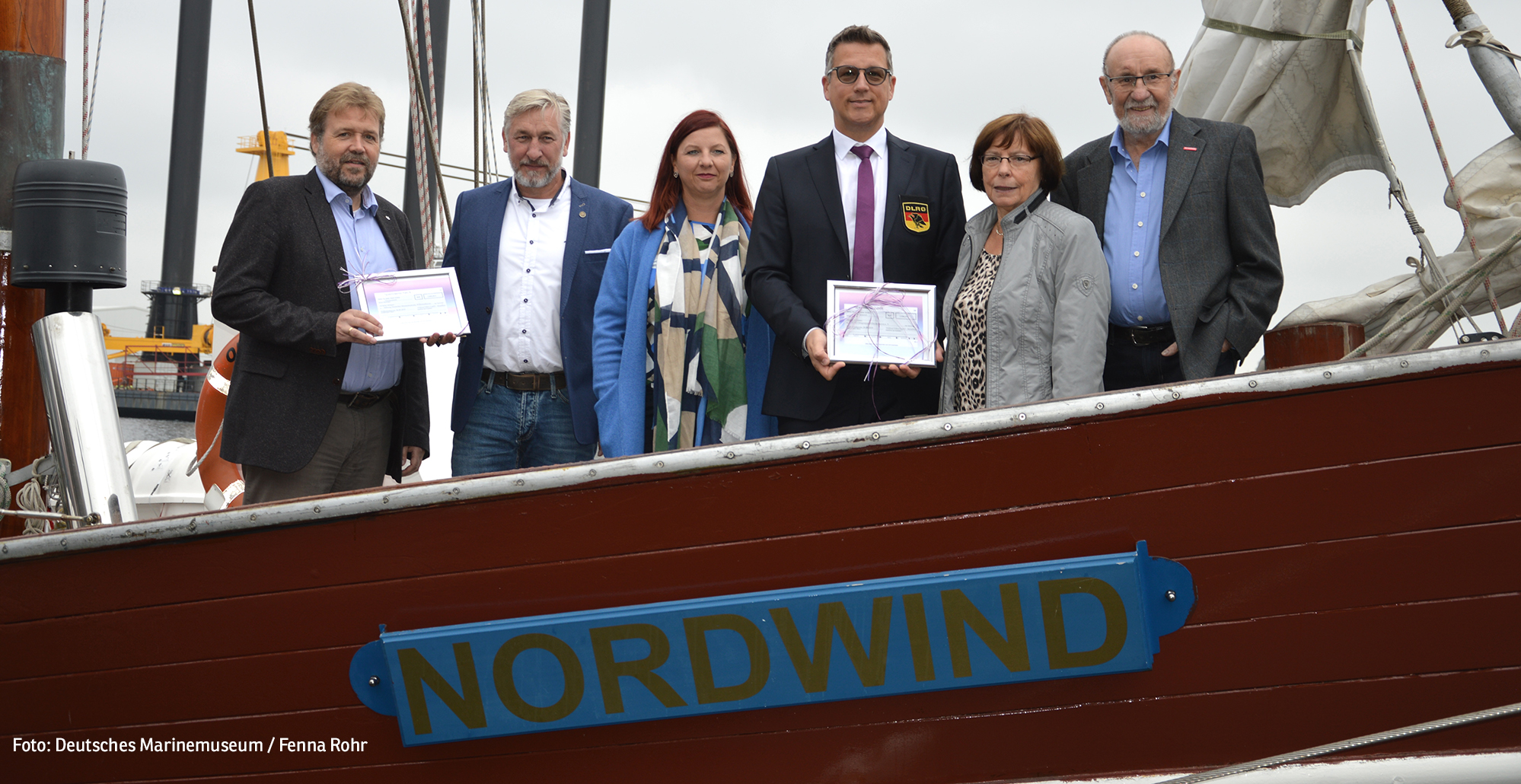 """Spendenübergabe an Bord der """"Nordwind"""", v.l.n.r.: Dr. Stephan Huck, Matthias und Heidi Eiben, Carsten Schröder, Heidi und Wilfried Eiben (Foto: Deutsches Marinemuseum / Fenna Rohr)"""
