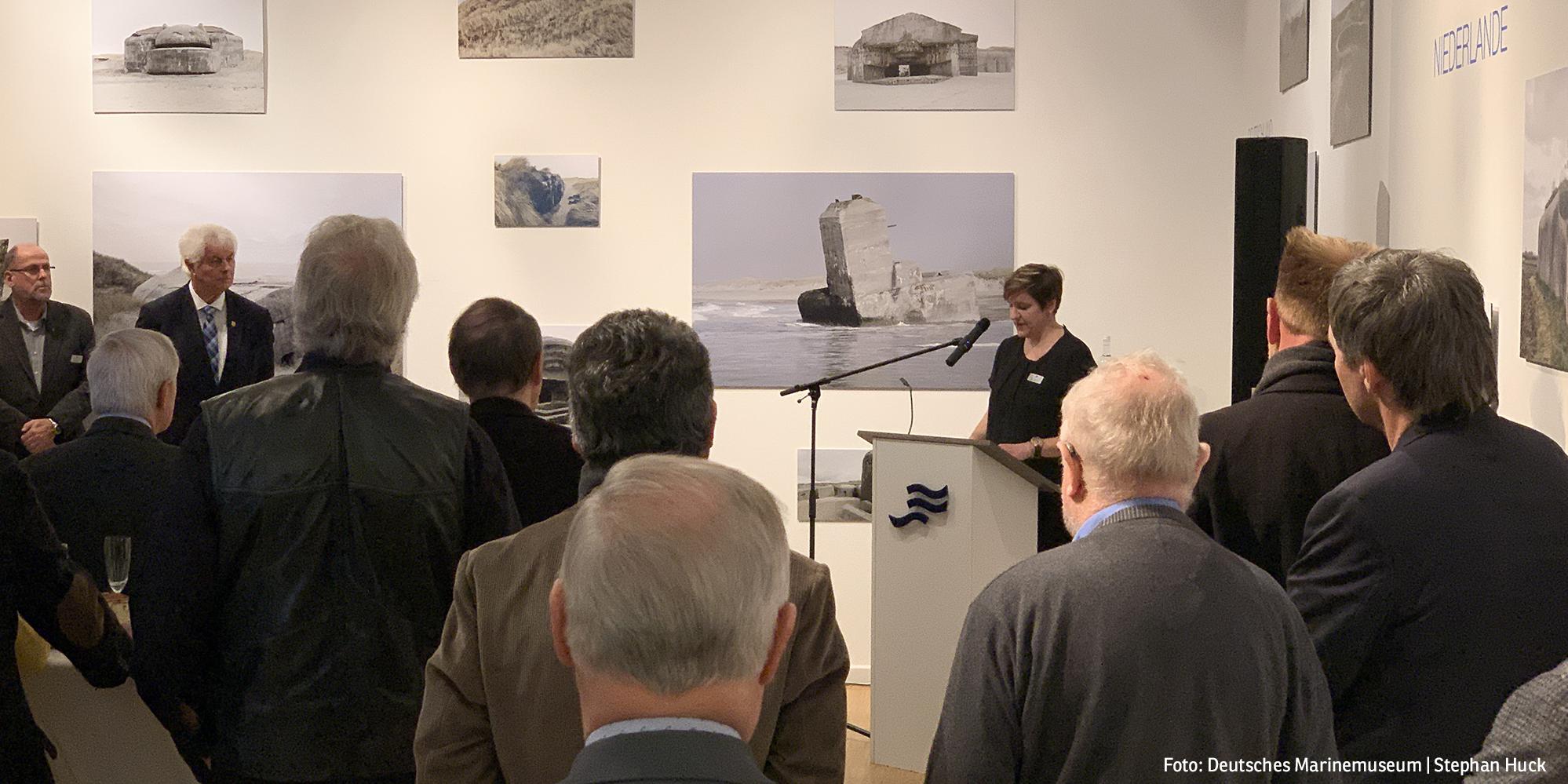 Sammlungsleiterin Nina Nustede führt in die Ausstellung ein (Foto: Deutsches Marinemuseum, Stephan Huck)