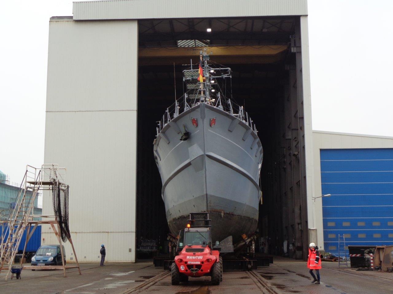 Minenjagdboot Weilheim auf dem Weg in die Halle