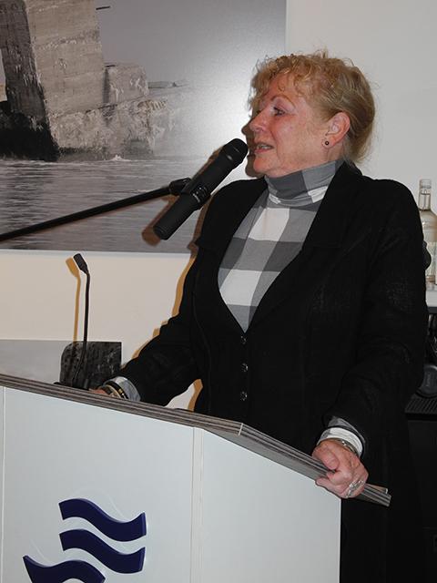 Annet van der Voort am Rednerpult des Deutschen Marinemuseums