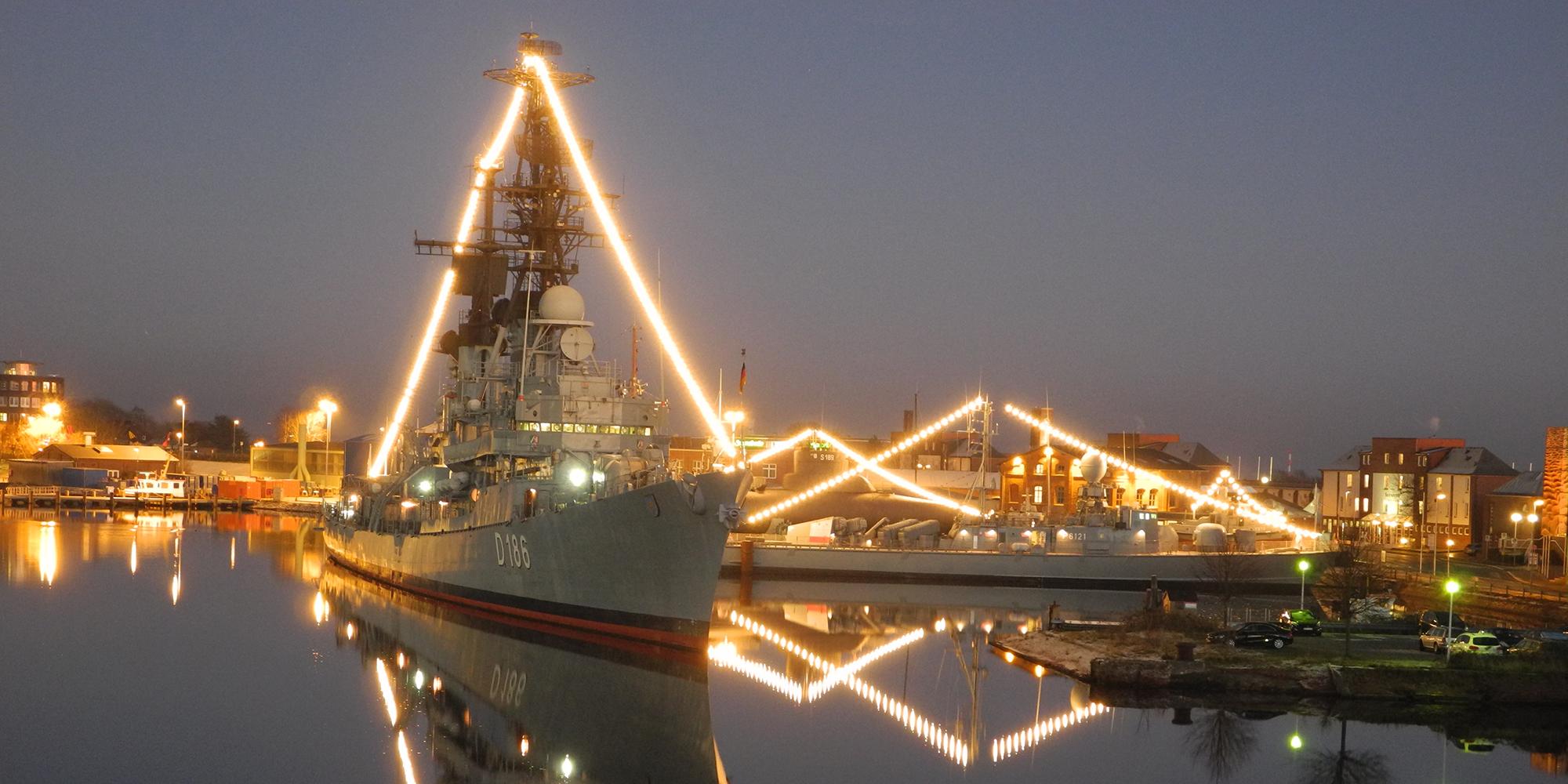 Marinemuseum in weihnachtlichem Licht